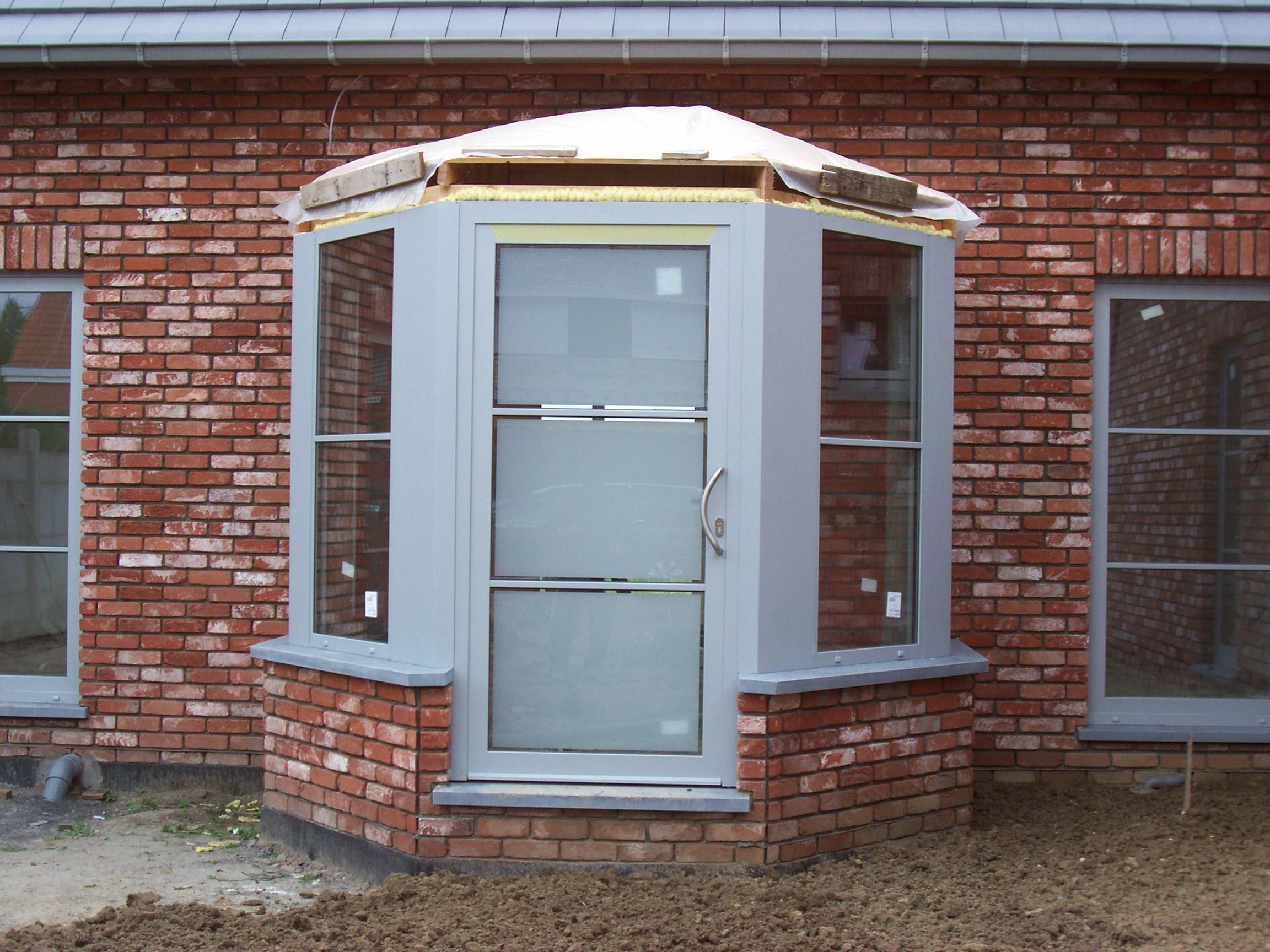 Porte alu en logia gris clair P701 vitrage sablé et croisillons 25mm collé deux faces