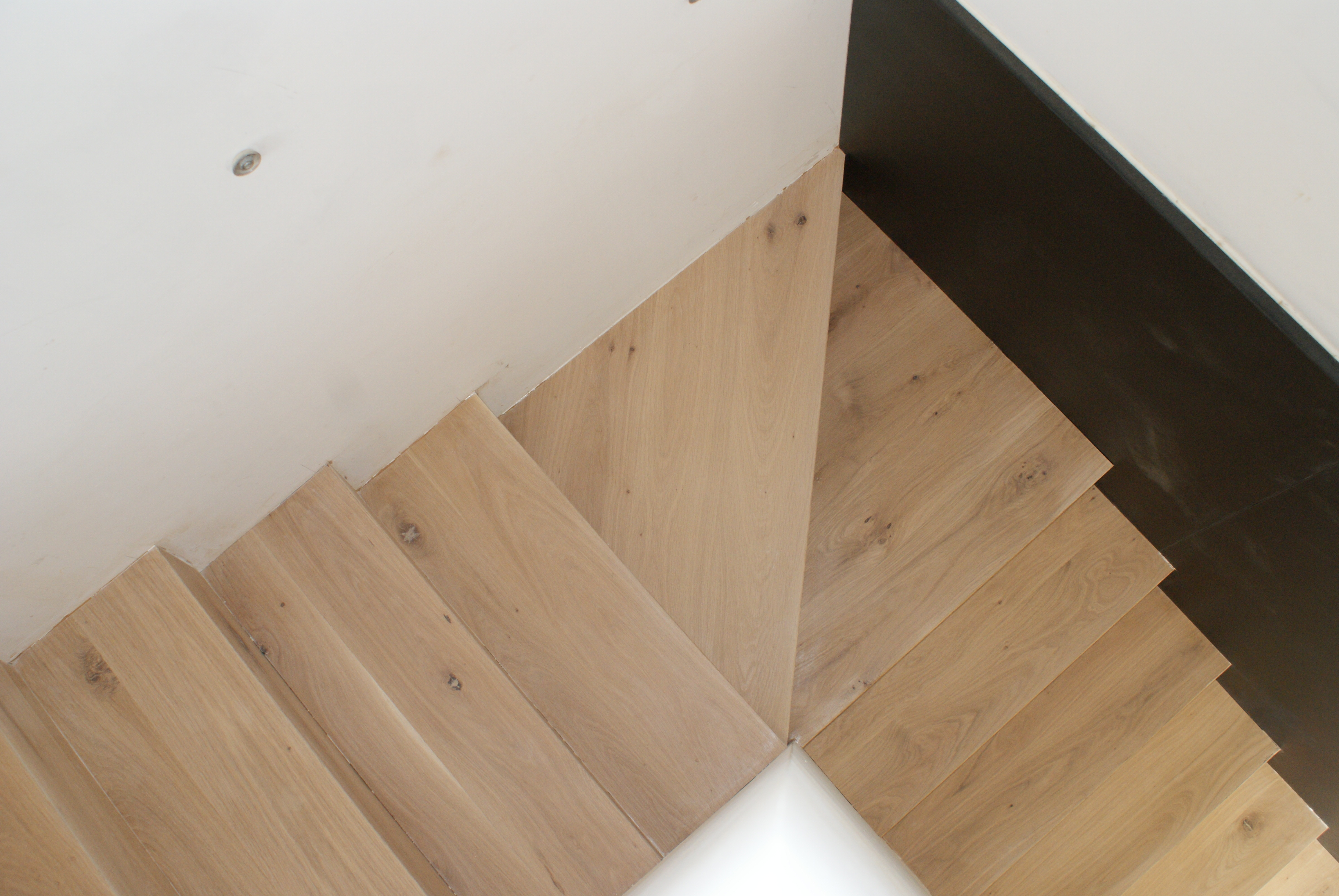 Parquet chêne massif sur escalier en béton huilé blanc sur place