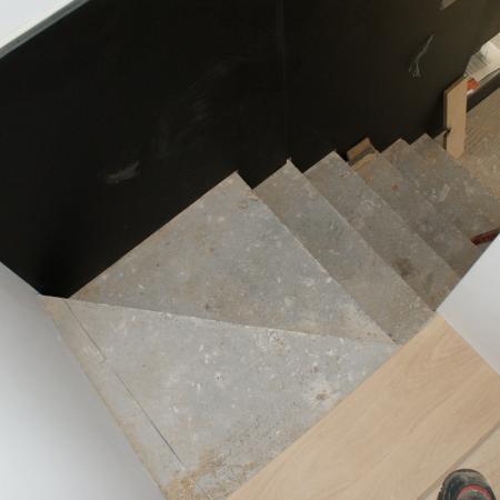 Pose parquet chêne massif sur escalier en cour de travail